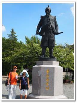 豊臣秀吉像の前で。