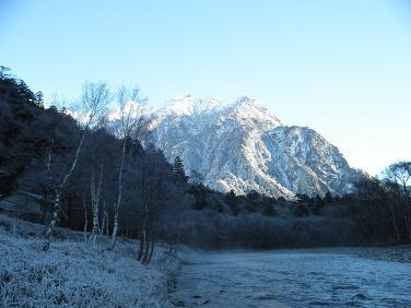 朝の穂高と梓川