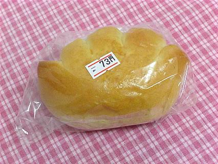 ブルーウッズベーカリー クリームパン(73円)
