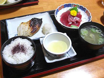 食事処 味喜や まぐろ切落し刺身とメヌキ西京みそ漬焼定食(700円)