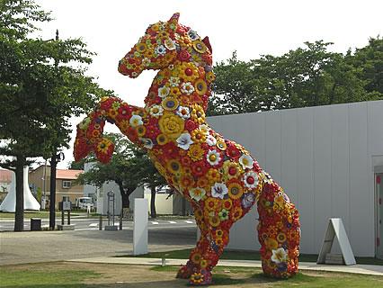 十和田市現代美術館 フラワー・ホース