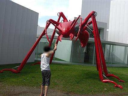 十和田市現代美術館 旦那くんと巨大な赤アリ