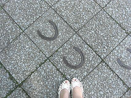 十和田市官庁街通り歩道 馬の蹄に装着する蹄鉄