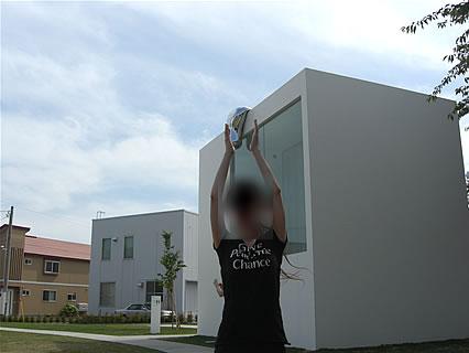 十和田市現代美術館 野外芸術文化ゾーン 水滴?をキャッチ