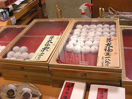 たねや 東横のれん街店 近江大福 豆(189円)、近江大福 栗(210円)