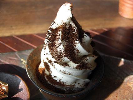 津軽金山焼 レストランPATATA (パタータ) こだわったソフトクリーム コーヒーパウダーをかけた後