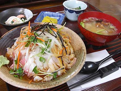 とわだっ湖 ホッキ丼(ウニソース)(700円)