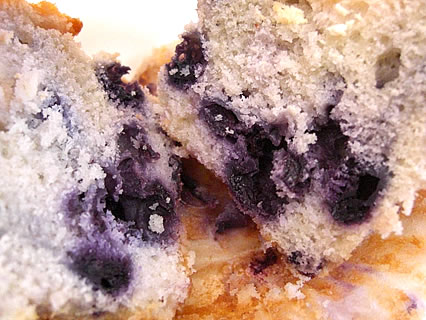 KALDI COFFEE FARM(カルディコーヒーファーム) 五所川原店 ベリーワイズ マフィン(ブルーベリークリームチーズ) 断面