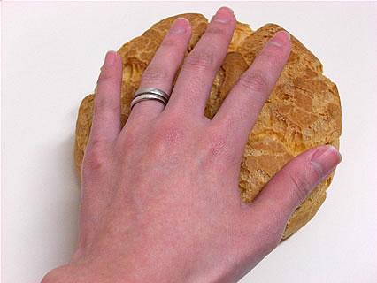 しみず食品株式会社 はちのへキャベツ 大きさ比較(手)