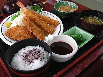 食事処 味喜や 黒豚ヒレかつとえびフライ定(880円)