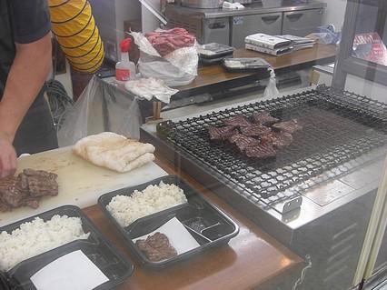 中三 弘前店 全国味百撰 牛たん炭焼 利久 牛たんを焼いてるところ