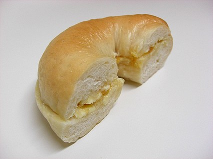 Pommiel(ポムメェル) ベーグルサンドイッチ(ラ・フランスとキャラメルのジャム) 断面-1