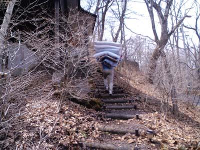 H24布団乾燥階段登る