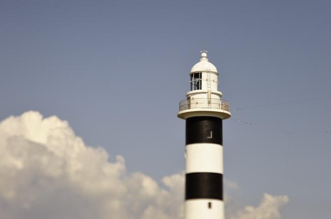 白黒の灯台がモダンな感じです