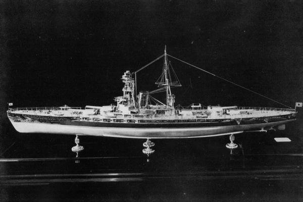 Model_of_battleship_Kaga_port_view.jpg