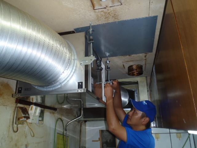 厨房用換気扇取替え工事・施工中