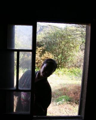 古民家の窓と人物