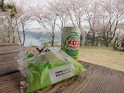 桜の下で朝食
