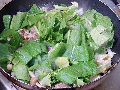 小松菜を投入して炒め中