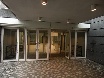 梯 剛之ピアノ・リサイタルが終わり誰もいなくなったホール入口