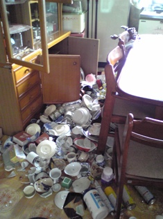 地震(食器棚)