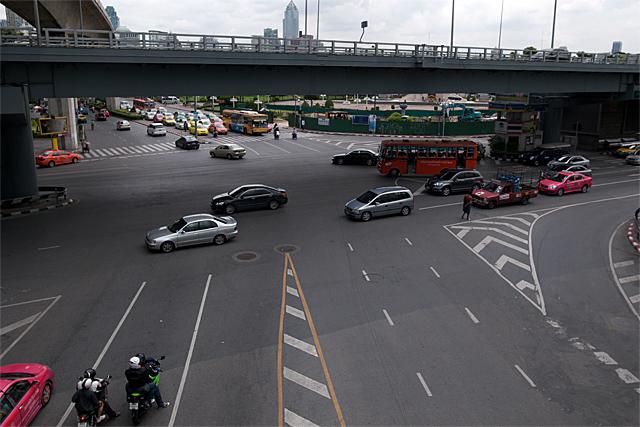 110724_003_シーロムとラマ4世通りの交差点