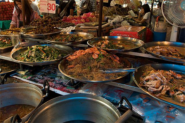 110724_005_ウォンウィェンヤイの市場