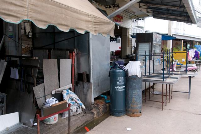 110729_011_歩道を占領する食堂