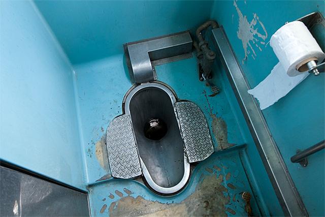 110802_010_タイの2等車両のトイレ