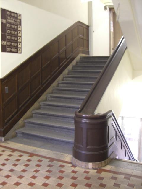 上智大学1号館 1階階段