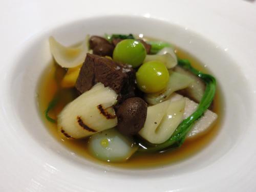 和牛ホホ肉と7種の冬野菜のコンソメスープ