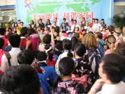各国代表団の代表の子どもが壇上であいさつ。