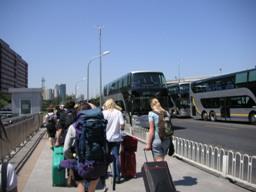 バスはまだ先。