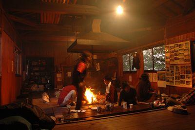 囲炉裏を囲んで食後の団らん