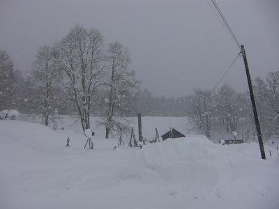 火葬場は深い雪の中