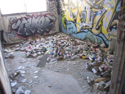 大量のペンキのスプレー缶
