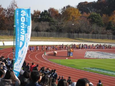 小学生、競技場の外のコースへ向かう