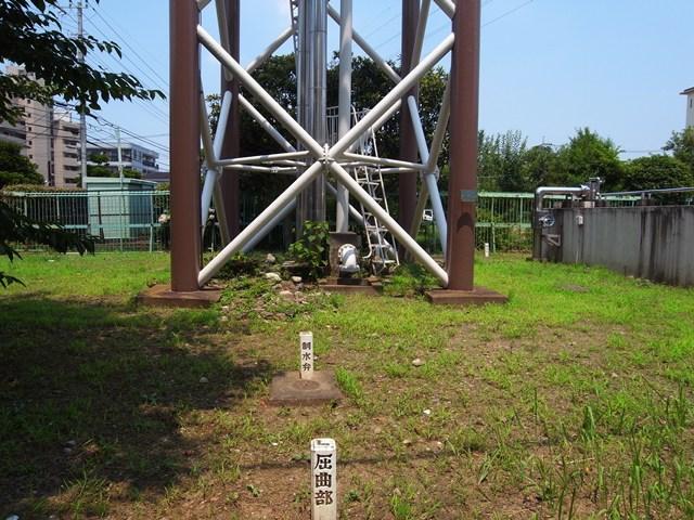 東京都営保木間第5アパート給水塔の足元