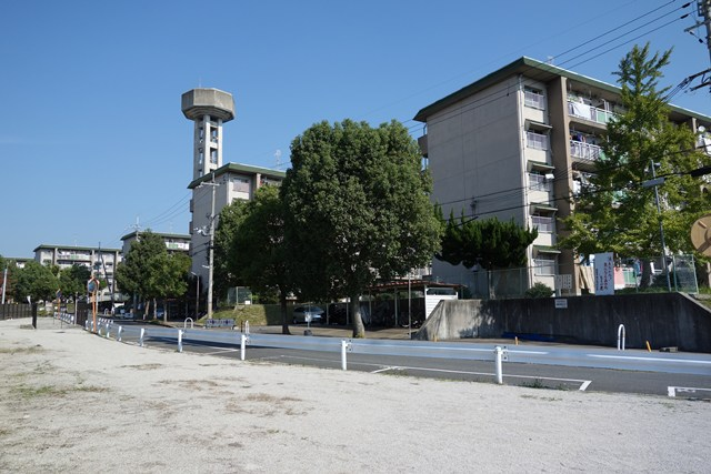 奈良県営平城団地の住棟と給水塔