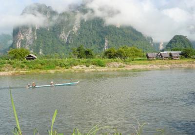 バンビエン山河小舟