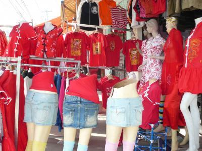 中国正月店頭赤い服