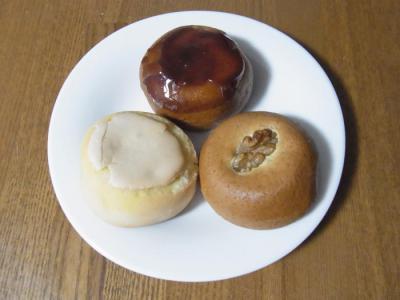 ひと本 石田屋((上から時計回りに)栗饅頭¥150・くるみまんじゅう¥110・バターまんじゅう¥110(中身))