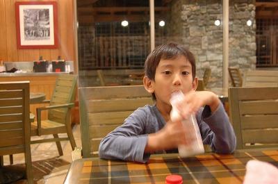 s-牛乳を飲む息子20111127