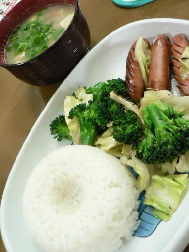 ウインナー、野菜炒め、味噌汁