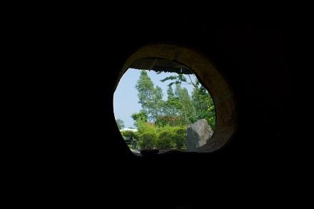 こんな窓から…。