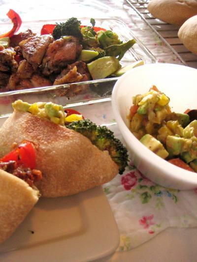 チキンのマリネとワカモーレのピタパンサンド