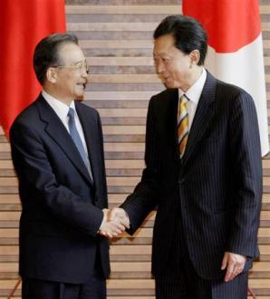 中国の温家宝首相(左)を出迎え、握手する鳩山首相=31日午前、首相官邸