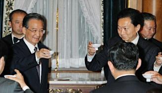 晩さん会で中国の温家宝首相(左)のあいさつに続き、乾杯する鳩山由紀夫首相。