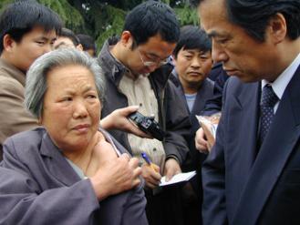 倪翠萍老人含着泪,把自己当年被日#20891;#26432;#20260;的#20260;痕展示#32473;干事#38271;看