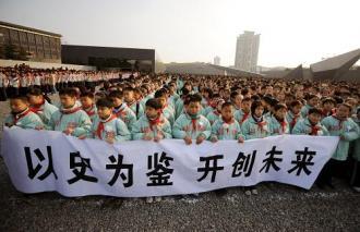 """2008年12月13日,南京市小学生代表手持""""以史#20026;#37492; #24320;#21019;未来""""的横幅参加悼念#20202;式。新#21326;社#35760;者 #38889;瑜#24198; #25668;"""